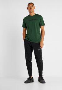 Nike Performance - DRY TEE PRO - T-shirt imprimé - cosmic bonsai - 1