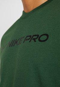 Nike Performance - DRY TEE PRO - T-shirt imprimé - cosmic bonsai - 5