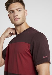 Nike Performance - AS ROM TEE TRAVEL CREST - Club wear - deep burgundy - 3