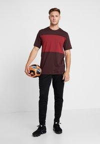 Nike Performance - AS ROM TEE TRAVEL CREST - Club wear - deep burgundy - 1