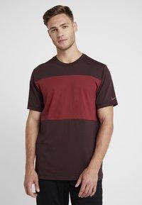 Nike Performance - AS ROM TEE TRAVEL CREST - Club wear - deep burgundy - 0