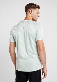 Nike Performance - Camiseta estampada - pistachio frost/white - 2