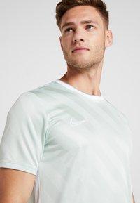 Nike Performance - Camiseta estampada - pistachio frost/white - 3