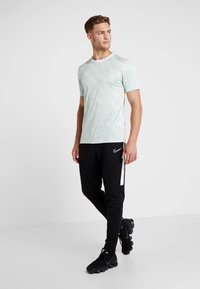 Nike Performance - Camiseta estampada - pistachio frost/white - 1