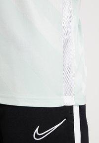 Nike Performance - Camiseta estampada - pistachio frost/white - 5
