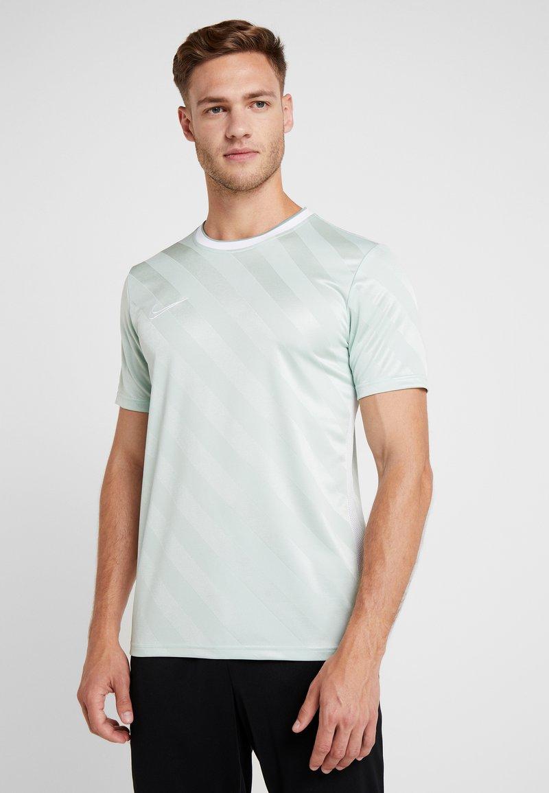 Nike Performance - Camiseta estampada - pistachio frost/white