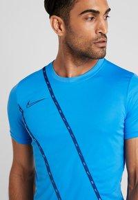 Nike Performance - DRY - Camiseta estampada - light photo blue/coastal blue - 3