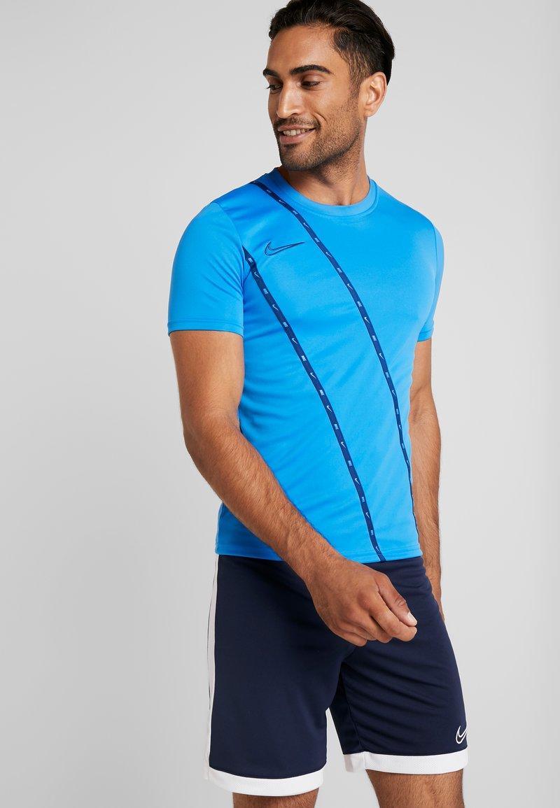 Nike Performance - DRY - Print T-shirt - light photo blue/coastal blue