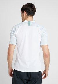 Nike Performance - Camiseta estampada - white/silver pine/iridescent - 2