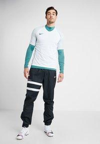 Nike Performance - Camiseta estampada - white/silver pine/iridescent - 1