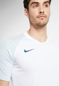 Nike Performance - Camiseta estampada - white/silver pine/iridescent - 5