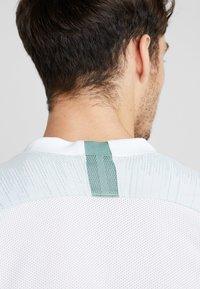 Nike Performance - Camiseta estampada - white/silver pine/iridescent - 3