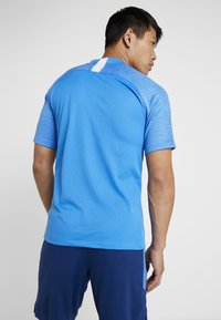 Nike Performance - T-shirt z nadrukiem - light photo blue/coastal blue/white - 2