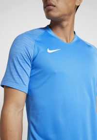 Nike Performance - T-shirt z nadrukiem - light photo blue/coastal blue/white - 4