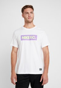 Nike Performance - DRY TEE SEASONAL BLOCK - Camiseta estampada - white/bright violet - 0