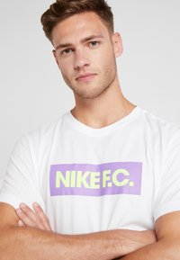Nike Performance - DRY TEE SEASONAL BLOCK - Camiseta estampada - white/bright violet - 3
