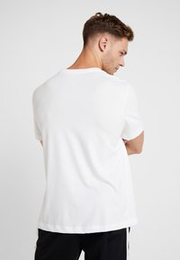 Nike Performance - DRY TEE SEASONAL BLOCK - Camiseta estampada - white/bright violet - 2
