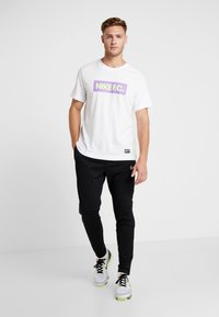 Nike Performance - DRY TEE SEASONAL BLOCK - Camiseta estampada - white/bright violet - 1