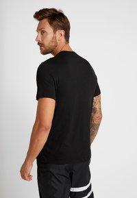 Nike Performance - DRY TEE SEASONAL BLOCK - T-shirt med print - black/vapor green - 2
