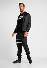 Nike Performance - DRY TEE SEASONAL BLOCK - Print T-shirt - black/vapor green - 1