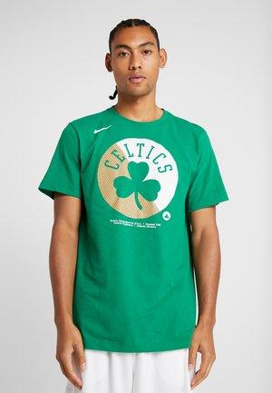 NBA BOSTON CELTICS SPLIT LOGO TEE - Klubbkläder - clover