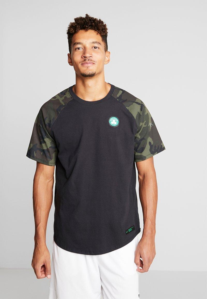 Nike Performance - NBA BOSTON CELTICS CAMO TEE - Printtipaita - black/clover