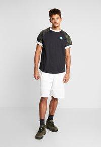 Nike Performance - NBA BOSTON CELTICS CAMO TEE - Printtipaita - black/clover - 1