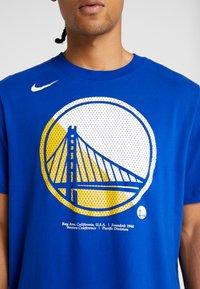 Nike Performance - NBA GOLDEN STATE WARRIORS LOGO TEE - Klubbkläder - rush blue - 5