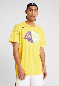 Nike Performance - NBA LA LAKERS SPLIT LOGO TEE - Printtipaita - amarillo - 0