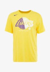 Nike Performance - NBA LA LAKERS SPLIT LOGO TEE - Printtipaita - amarillo - 4