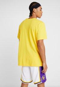 Nike Performance - NBA LA LAKERS SPLIT LOGO TEE - Printtipaita - amarillo - 2
