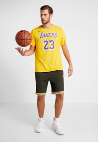 Nike Performance - NBA LA LAKERS LEBRON JAMES NAME NUMBER TEE - Klubové oblečení - amarillo - 1