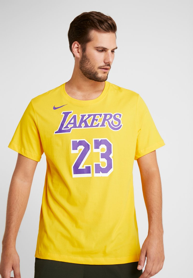 Nike Performance - NBA LA LAKERS LEBRON JAMES NAME NUMBER TEE - Klubové oblečení - amarillo