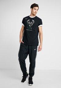 Nike Performance - NBA MILWAUKEE BUCKS M NK DRY TEE FNW SP LGO - Artykuły klubowe - black - 1