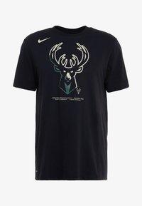 Nike Performance - NBA MILWAUKEE BUCKS M NK DRY TEE FNW SP LGO - Artykuły klubowe - black - 4