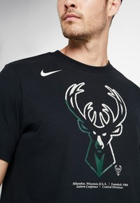 Nike Performance - NBA MILWAUKEE BUCKS M NK DRY TEE FNW SP LGO - Artykuły klubowe - black - 5