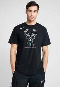 Nike Performance - NBA MILWAUKEE BUCKS M NK DRY TEE FNW SP LGO - Artykuły klubowe - black - 0