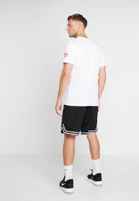 Nike Performance - KYRIE IRVING DRY TEE LOGO - T-shirt z nadrukiem - white - 2