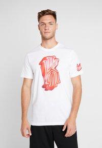 Nike Performance - KYRIE IRVING DRY TEE LOGO - T-shirt z nadrukiem - white - 0