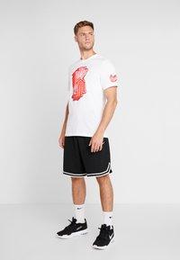 Nike Performance - KYRIE IRVING DRY TEE LOGO - T-shirt z nadrukiem - white - 1