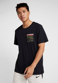Nike Performance - TEE DNA POCKET - Triko s potiskem - black