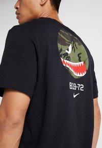 Nike Performance - TEE DNA POCKET - Camiseta estampada - black - 3