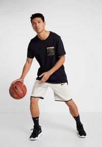 Nike Performance - TEE DNA POCKET - Camiseta estampada - black - 1