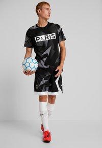 Nike Performance - CAT FC JOCK TAG TEE - T-shirt med print - black - 1