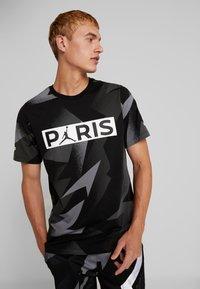 Nike Performance - CAT FC JOCK TAG TEE - T-shirt med print - black - 0