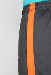 Nike Performance - CHELSEA LONDON DRY PANT - Pantalon de survêtement - anthracite/rush orange - 4