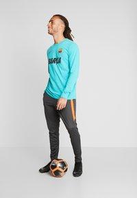 Nike Performance - CHELSEA LONDON DRY PANT - Pantalon de survêtement - anthracite/rush orange - 1