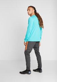 Nike Performance - CHELSEA LONDON DRY PANT - Pantalon de survêtement - anthracite/rush orange - 2