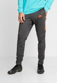 Nike Performance - CHELSEA LONDON DRY PANT - Pantalon de survêtement - anthracite/rush orange - 0