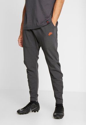 CHELSEA LONDON PANT  - Pantalones deportivos - anthracite/rush orange